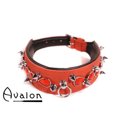Avalon - DEFIANCE - Collar med Spisse Nagler og Røde Stener - Rødt og Svart