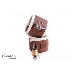 Avalon - ASYLUM - Cuffs i Brunt Lær med Hengelås